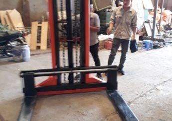 Xe nâng tay cao chân rộng 1 tấn 2 mét